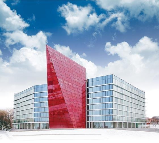 Die rot leuchtende Eingangshalle der Belarusian Potash Company in Minsk besteht aus einem neuen Verbund-Sicherheitsglas. Ein mit Aluminium beschichtetes Polyestergewebe, welches in das Glas laminiert ist, spiegelt Wetterphänomene in einem leuchtenden Rot. Eine neue Zwischenlage macht das Glas gleichzeitig 100-mal steifer als der Branchenstandard PVB.