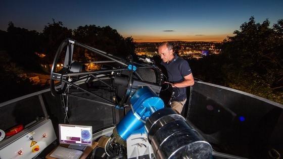 Bisher nutzen die Stuttgarter DLR-Forscher an ihrem Standort auf der Uhlandshöhe das Sonnenlicht der Dämmerungsphase, um Weltraumobjekte auszumachen. In naher Zukunft wollen die Wissenschaftler die Objekte mit einem Laser anstrahlen, um noch exaktere Messungen vornehmen zu können.