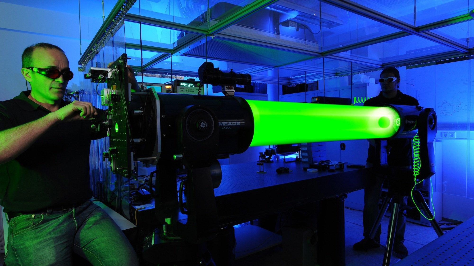Mit starken Lasern wollen DLR-Forscher künftig Weltraumschrott im All so aus der Bahn schubsen, dass er in der Erdatmosphäre verglüht.