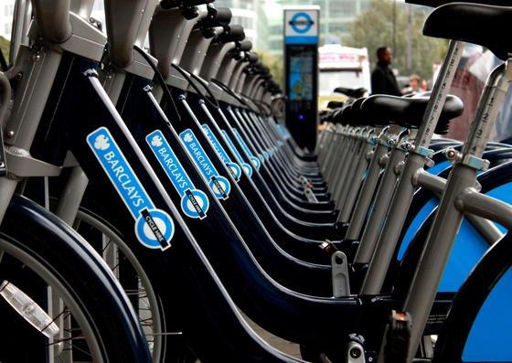 In London rollen rund 8000 Leihräder durch die Stadt – gesponsert von der britischen Barclays Bank. Jetzt will die britische Regierung auch außerhalb Londons den Radverkehr stärker fördern.