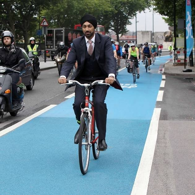 So sehen sie aus, die Fahrrad-Highways in London: Umwelt-Bürgermeister Kulveer Ranger weiht 2011 einen der ersten Highways in London ein.
