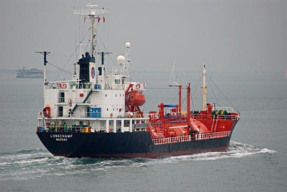 """Piraterie auf den Weltmeeren wird immer mehr zum Problem. Im Bild der 2009 von Piraten vor der somalischen Küste gekaperte deutsche Flüssiggastanker """"Longchamp"""". Jetzt haben Forscher ein Radar entwickelt, das die kleinen und besonders schnellen Piratenboote früher erkennen kann."""
