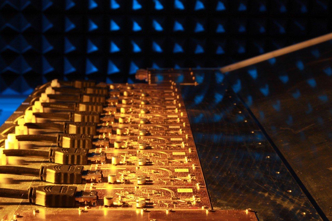 Die Sende- und Empfangsmodule der Gruppenantenne sind mit Mixed-Signal-Schaltungen aus Silizium-Germanium ausgestattet.
