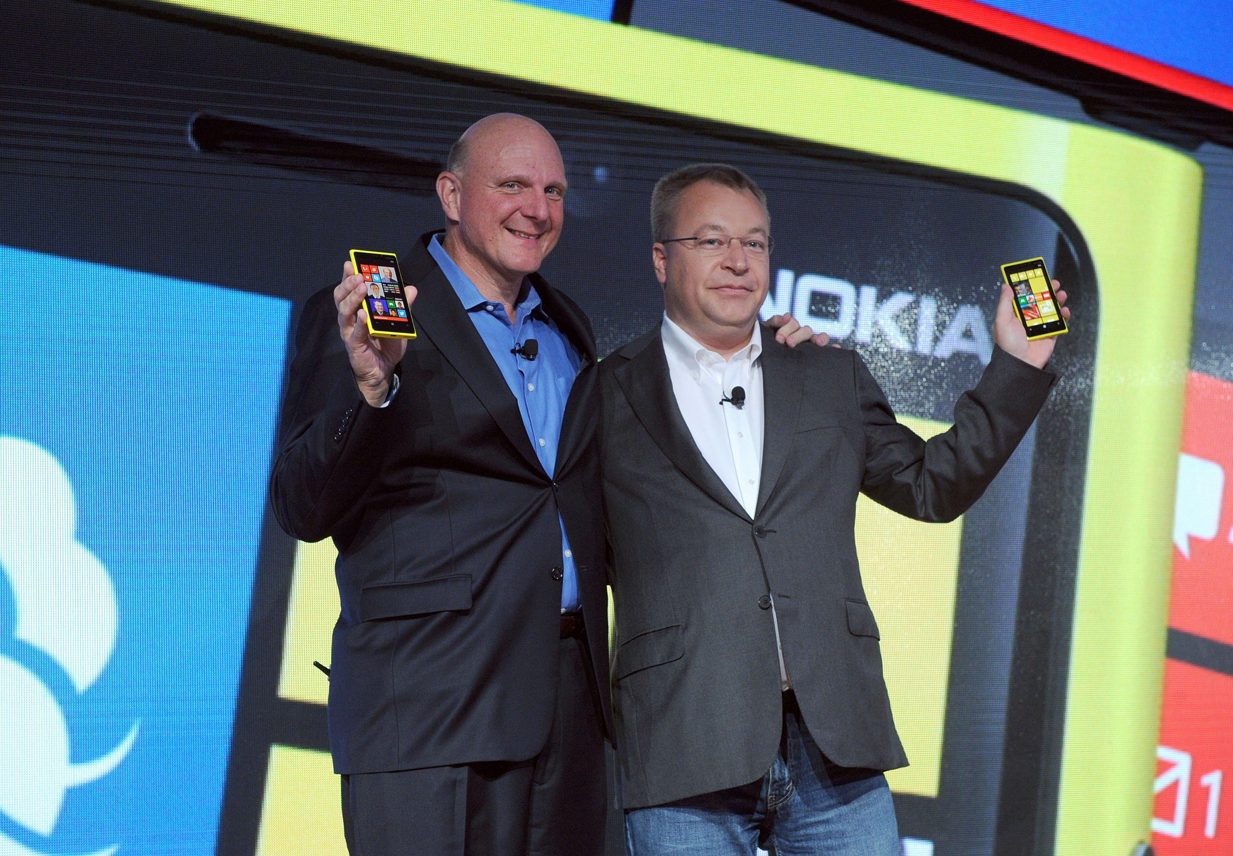 Microsoft CEO Steve Ballmer (l.) und Nokia-Chef Stephen Elop stellten 2012 das neue Nokia Lumia 920 mit dem Betriebssystem von Microsoft vor. Jetzt übernimmt Microsoft den früheren Handy-Marktführer und 32 000 Nokia-Mitarbeiter, darunter auch Stephen Elop.