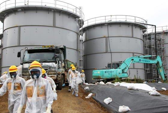 Die genieteten Tanks in Fukushima verlieren kontaminiertes Wasser. Jetzt soll eine Vereisung des Bodens das Austreten des radioaktiv verseuchten Wassers ins Meer verhindern.