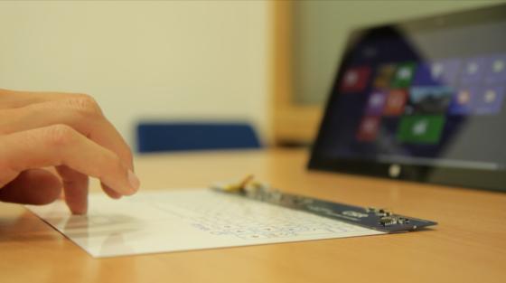 Die weltweit dünnste Tastatur ist gerade einen halben Millimeter stark und lässt sich problemlos zusammenrollen. Mit einem Tablet wird die Tastatur per Bluetooth verbunden.
