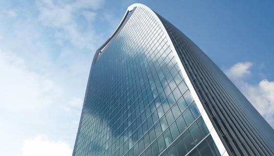 """Die gekrümmte Glasfassade des """"Walkie Talkie"""" genannten Londoner Wolkenkratzers in der 20 Fenchurch Street kann bei intensiver Sonneneinstrahlung zur Gefahr werden und Autoteile wegschmelzen."""