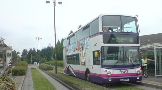 Ein Bus mit Randstein-Führung. Diese Form der Steuerung ist einfach und kostengünstig zu bewirken. Sie setzt allerdings voraus, dass entlang der gesamten Busway-Route Randsteine verlegt sind.