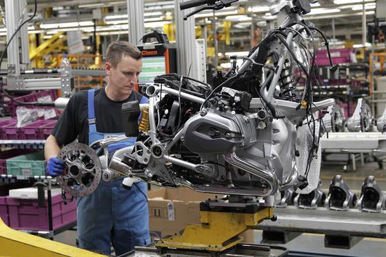 Die Innovationskraft der deutschen Unternehmen ist nach einer Studie des Weltwirtschaftsforums die große Stärke Deutschlands. Im neuesten Ranking hat sich Deutschland auf Rang 4 der wettbewerbsfähigsten Länder der Welt verbessert. Im Bild die Motorradproduktion bei BMW.
