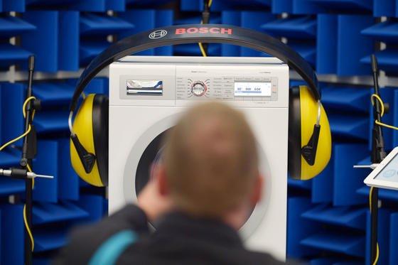 Auf der IFA in Berlin werden Waschmaschinen vorgestellt, die per Smartphone gesteuert werden.