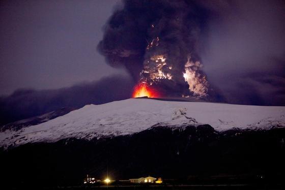 Der isländische Vulkan Eyjafjallajokull:Mitte April 2010 wurde wegen der ausgetretenen Vulkanasche der Flugverkehr in weiten Teilen Nord- und Mitteleuropas eingestellt.