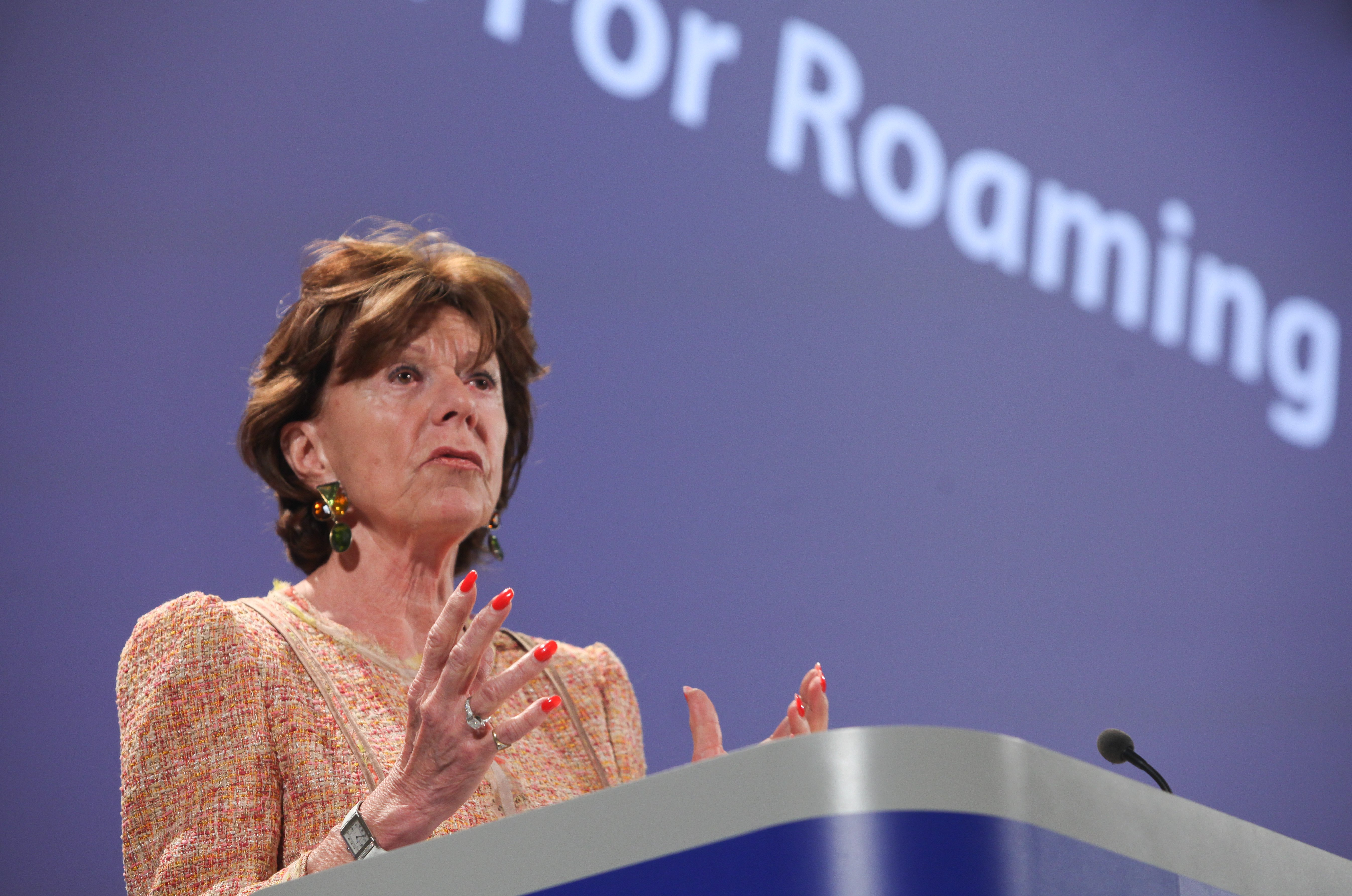 EU-Kommissarin Neelie Kroes will Roaming-Gebühren ganz abschaffen.