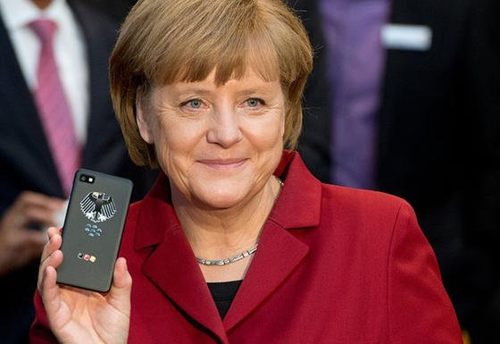 """Bundeskanzlerin Angela Merkel mit abhörsicherem Handy: Ausgerechnet an dem Tag im September, an dem das neue """"Merkelphone"""" vom Bundesamt für Sicherheit in der Informationstechnologie zugelassen wird, ist bekannt geworden, dass der US-Geheimdienst NSA auf die Daten von Smartphones zugreifen kann. Inzwischen gibt es Hinweise, dass der Geheimdienst sogar Merkels persönliches Handy abgehört hat."""