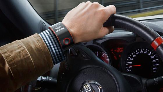 Die intelligente Uhr von Nissan für Autofahrer misst misst nicht nur Durchschnittsgeschwindigkeit und Kraftstoffverbrauch des Fahrzeugs, sondern auch den Pulsschlag und andere biometrische Werte des Fahrers. Zugleich warnt sie vor Staus und ist mit sozialen Netzwerken verbunden.