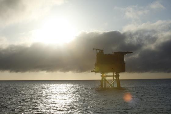 Über diese Konverterstation in der Nordsee wird der Windpark MEG 1 der insolventen Windreich GmbH ans Festland angeschlossen. Das Unternehmen hofft, dass der Windpark von der Insolvenz unbeschadet bleibt.