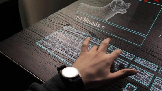 Die Datenbrille des Start-ups Meta kann eine bedienbare, virtuelle Tastatur auf den Schreibtisch werfen.