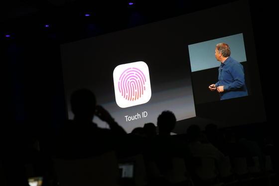 Apple-Marketingchef Phil Schiller erklärt im kalifornischen Cupertino den neuen Fingerabdrucksensor des iPhone 5S. Die Nutzer können sich künftig per Fingerabdruck identifizieren. In der Nacht zu Mittwoch hatte Apple die neue iPhone-Generation in Kalifornien präsentiert.
