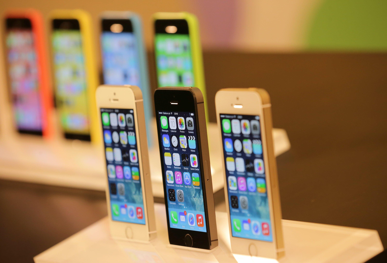 Exemplare des neuen Apple iPhone 5S (vorne) und 5C (hinten) stehen bereits im Apple Store in Berlin. Das neue 5S ist deutlich schneller als das aktuelle iPhone 5. In der Nacht hatte Apple-Chef Tim Cook die neuen Modelle vorgestellt.