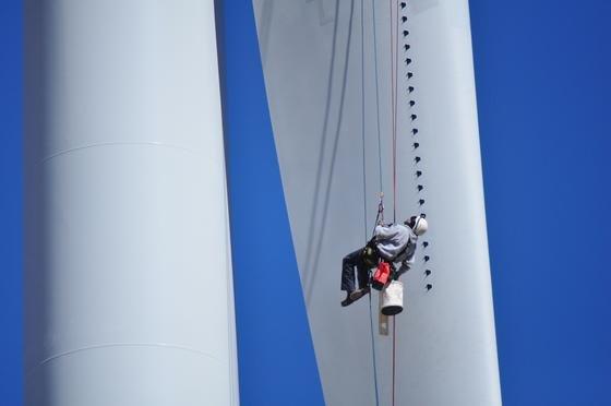 Eine neue Generation von Wirbelgeneratoren haben das Ravensburger Unternehmen Smart Blade, der Technologiekonzern 3M und die TU Berlin entwickelt. Aufgeklebt auf die Flügel von Windrädern verbessern sie die Aerodynamik und steigern die Stromerzeugung.