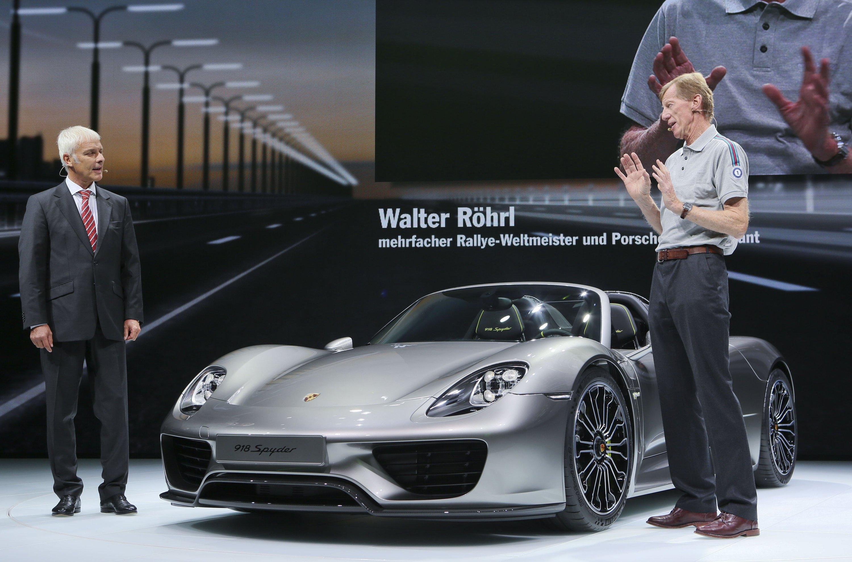 Der Porsche-Vorstandsvorsitzende Matthias Müller (l) und der ehemalige Rallye-Weltmeister und Porsche-Markenbotschafter Walter Röhrl präsentieren den neuen Porsche 918 Spyder.