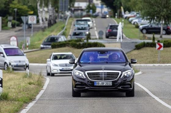 """Ob auf Landstraßen oder im innerstädtischen Verkehr: der Mercedes-Benz S 500 """"Intelligent Drive"""" bewältigt den Verkehr schon heute ohne Fahrereinsatz."""