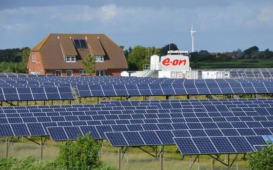 Einen Großspeicher für Strom hat E.On direkt neben dem Solarpark auf Pellworm errichtet. Die Insel will durch ein intelligentes Stromnetz energieautark werden.