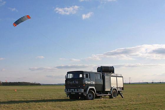 Fest am Seil schwebt die Demonstrationsanlage EK30 hoch in der Luft und nutzt die stetigen Höhenwinde für die Energieerzeugung.