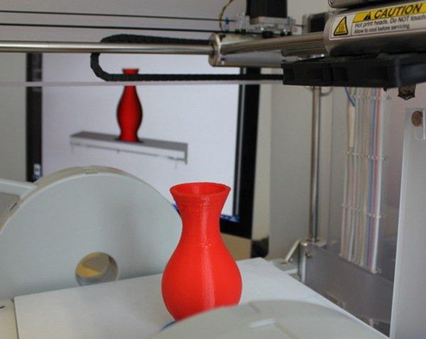 3D-Drucker im Center for Digital Fabrication der Uni Würzburg: Der Laser schmilzt einzelne Pulverschichten und türmt diese zu einer Vase. Im Hintergrund: die digitale Druckvorlage. Auf diese Weise lassen sich auch Gegenstände aus Keramik, Stahl und Silber herstellen.