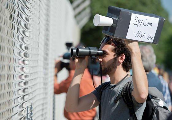 Mehrere hundert Menschen beteiligen sich am 20. Juli vor einem Horchposten des US-Geheimdienstes NSA in Griesheim bei Darmstadt (Hessen) an einer Protestkundgebung. Der Geheimdienst soll 80 Prozent des Datenverkehrs im Internet kontrollieren.