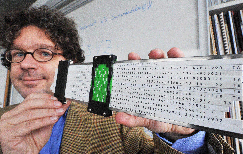 Jörn Müller-Quade, Leiter des Instituts für Kryptographie und Sicherheit am Karlsruher Institut für Technologie (KIT), rät dazu, sich vor dem Mitlesen so weit möglich zu schützen. In den 1950-er Jahren genügte dafür noch ein Rechenschieber, den damals die Zentralstelle für das Chiffrierwesen entwickelte.