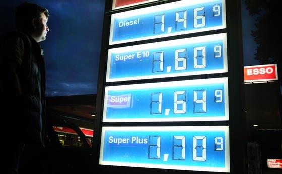 Stark schwankende Benzinpreise sorgen immer wieder für Aufregung. Das Bundeskartellamt hat jetzt eine bundesweite Meldestelle für Benzin- und Dieselpreise eröffnet. Autofahrer können die aktuellen Preise im Netz abfragen und sich die günstigste Tankstelle in ihrer Nähe aussuchen.