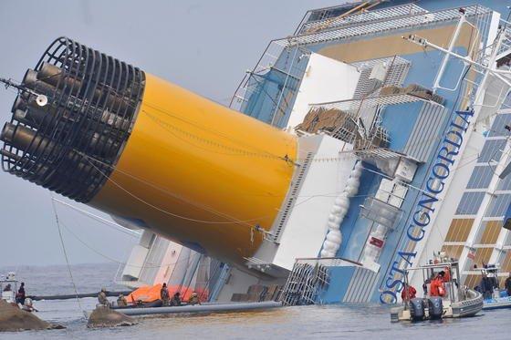 Das gekenterte Kreuzfahrtschiff «Costa Concordia» vor der Küste von Giglio in Italien. Wenn das Wetter mitspielt, soll es am Montag endlich aufgerichtet werden. Erst dann kann es abgeschleppt werden.