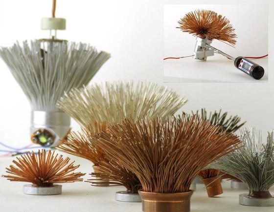 Der Industrie-Designer Cornelius Comanns hat mit verschiedene Drahtmaterialien und Stärken experimentiert. Die Drähte bilden den Kühlkörper für eine neuartige LED-Glühlampe.