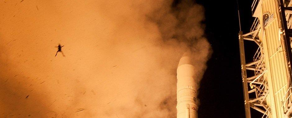 Sehr gut zu erkennen: der Frosch, der beim Stark einer NASA-Rakete mit in die Luft gerissen wird.