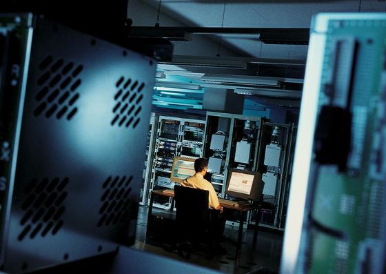 Die weltweite Datenübertragung könnte durch Graphen erheblich beschleunigt werden. Forschern der TU Wien ist es gelungen, Photosensoren aus Graphen mit einem Siliziumchip zu kombinieren. Dadurch werden die Daten aus Glasfaserkabeln beim Eintreffen an den Schnittstellen schneller in elektrische Signale umgewandelt.