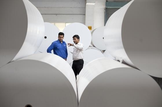 Fachkräfte an einer Papierproduktionsanlage von Voith:Vor allem große Unternehmen sind bereit, verstärkt ausländische Fachkräfte anzuwerben, so eine aktuelle Bitkom-Studie.