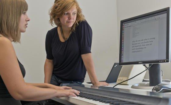 Informatiker um Anna Feit (rechts) haben ein Programm entwickelt, das die Tasten des Klaviers nutzt, um Texte zu schreiben.
