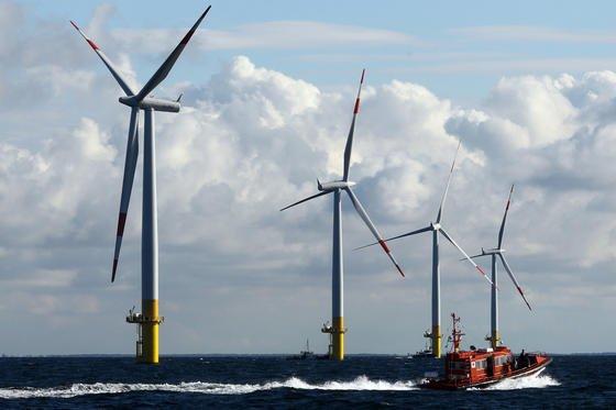 Saarbrücker Forscher arbeiten an geschickten mathematischen Lösungen, die für bessere Wirkungsgrade bei Windräder sorgen sollen. An der Mechanik der Windräder soll sich nichts verändern. Eine neue Software soll dieelektrischen Prozesse, die im Windrad ablaufen, effizienter steuern.