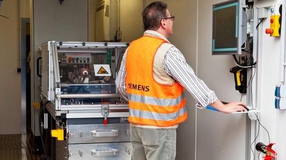 Mit einem mobilen Prüfsystem können Techniker Weichenantriebe neuerdings direkt vor Ort testen. Die Container-Werkstatt ist modular aufgebaut und eignet sich für unterschiedlichste Schienennetze der ganzen Welt. Nach einem erfolgreichen Pilot-Projekt in Hongkong plant Siemens mittelfristig, den Service weltweit anzubieten.