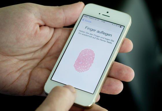 Daumenscan am iPhone 5S:Trotz der neuen Fingerabdruck-Sperre können Fremde auf Daten des Besitzers zugreifen, weil sich das Sprachprogramm Siri aktivieren lässt.