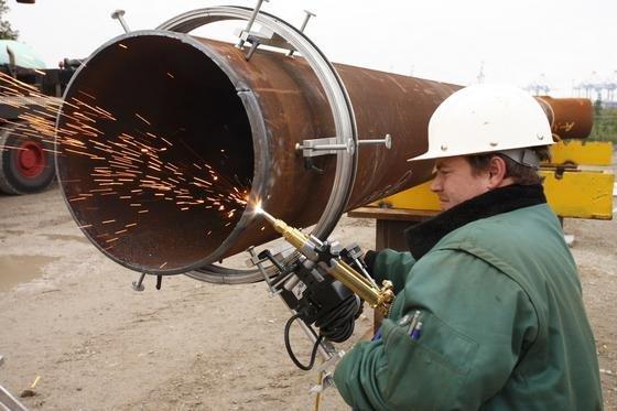 Die Windkraft ist ein Jobmotor und sichert viele neue Arbeitsplätze im Handwerk. Im Bild ein Schweißer an einer Windkraftanlage.