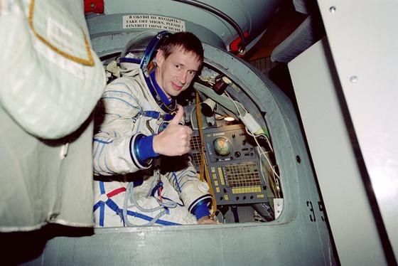 """Astronaut Frank de Winne: """"Der erste Mensch auf dem Mars wird eine Frau sein."""" Im Bild trainiert de Winne 2002 im Sojus Simulator im """"Sternenstädtchen"""" in der Nähe von Moskau. Dort befindet sich das Ausbildungszentrum der russischen Kosmonauten."""