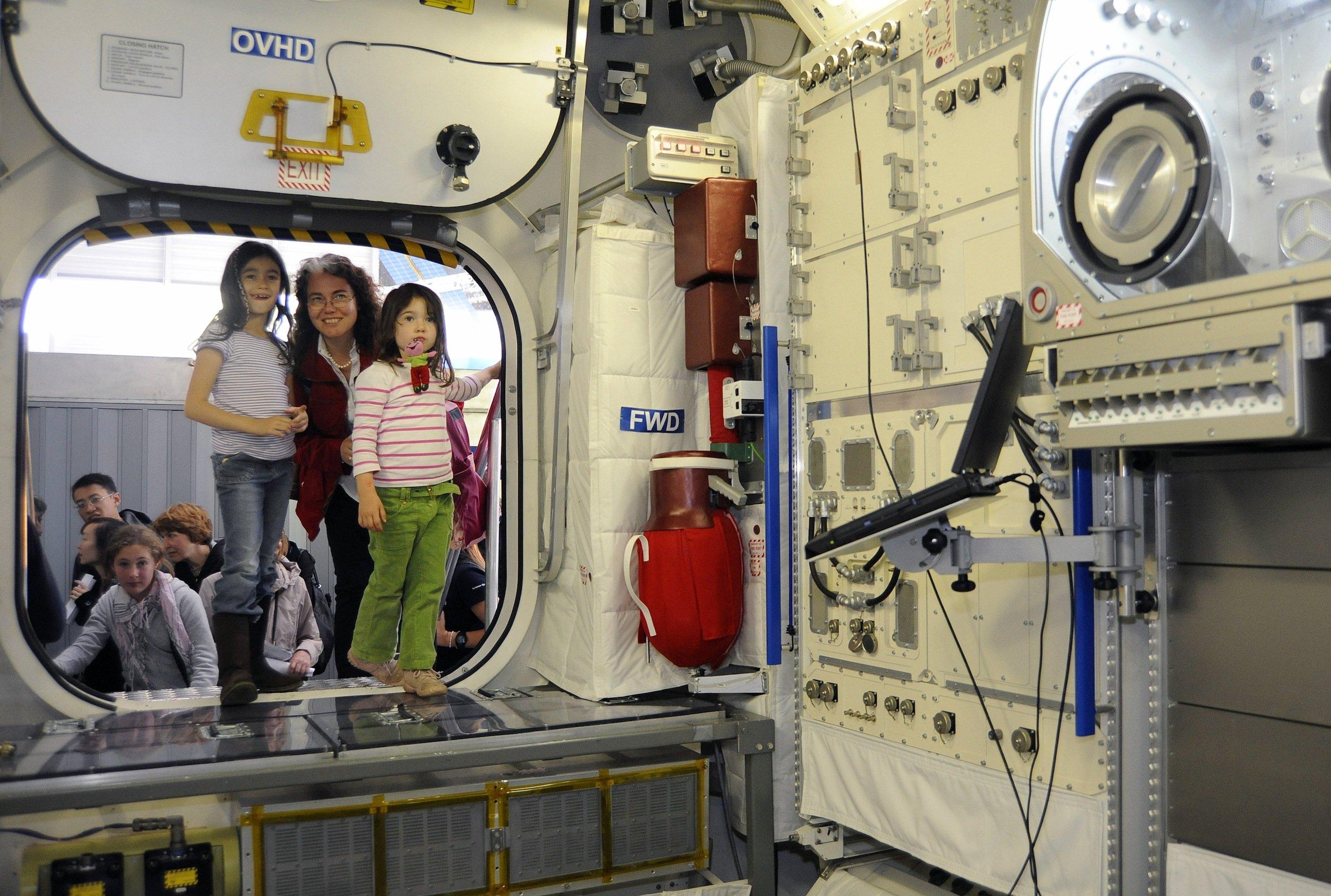 Im Europäischen Astronautenzentrum EAC der ESA können die Besucher einen Blick in ein 1:1-Modell des Columbus-Moduls der Internationalen Raumstation ISS werfen.