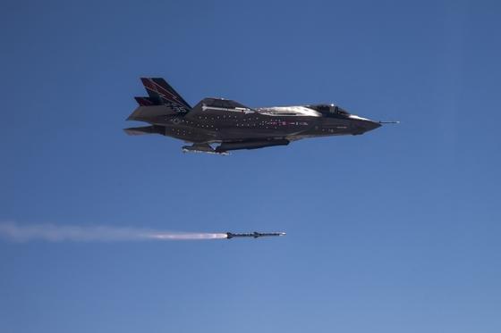 Das US-Kampfflugzeug Lockheed Martin F-35 A im Juni 2013 beim Absetzen eines Flugkörpers: Inzwischen arbeitet die Rüstungsindustrie an elektromagnetischen Waffen, die elektronische Systeme am Boden mit Strahlung zerstören.
