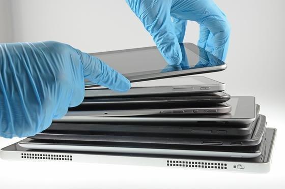 Forscher des Fraunhofer-Instituts IZM haben 21 Tablets demontiert. Sie wollten herausfinden, inwieweit das Design der elektronischen Geräte mit ihrer Reparatur- und Recyclingfreundlichkeit zusammenhängen.