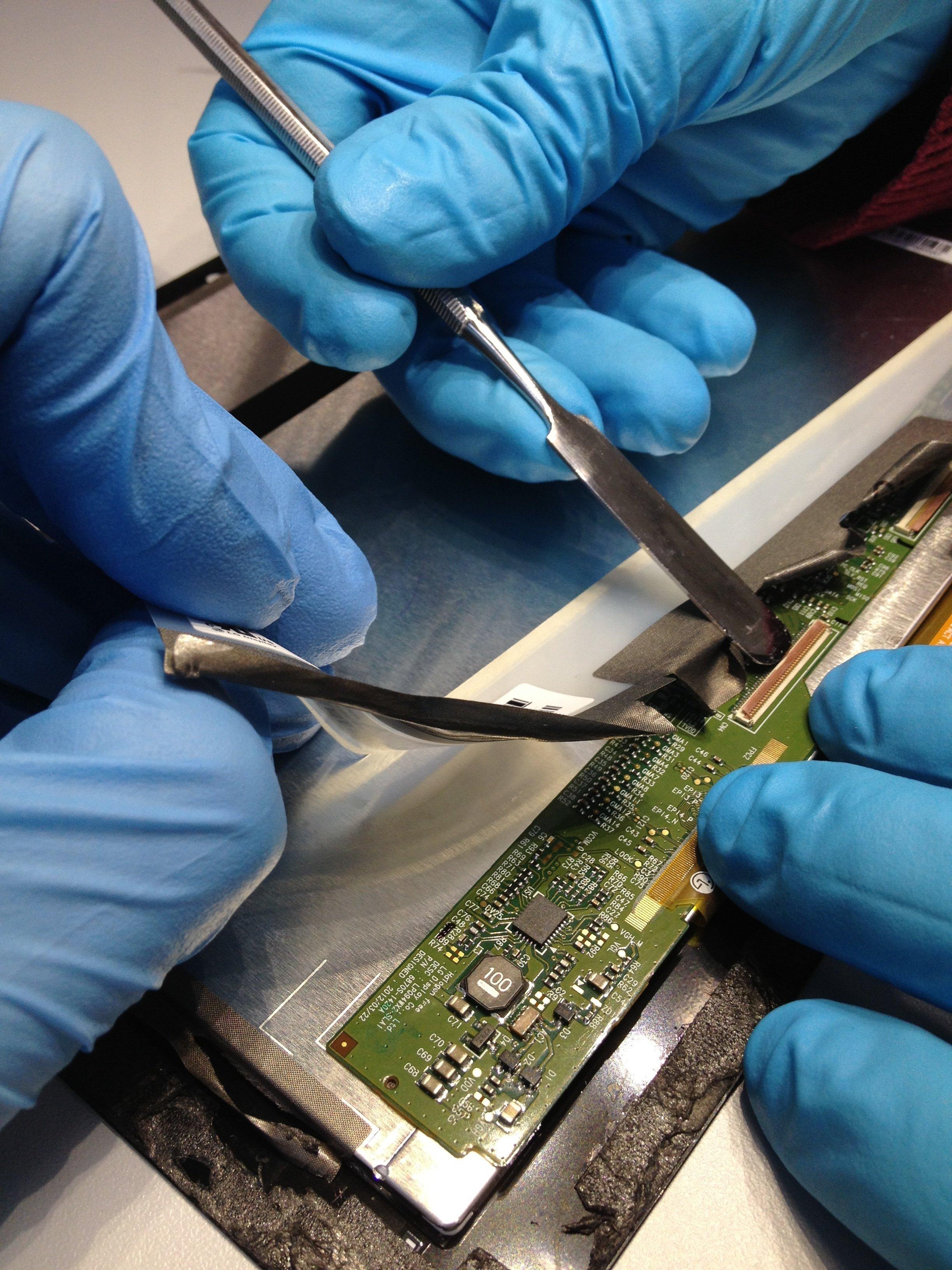 Die Fraunhofer-Forscher bei der Arbeit: Für Tablets-Besitzer empfiehlt es sich nicht, selbst Hand anzulegen. Eine Reparatur durch den Konsumenten ist bei der Mehrzahl der Geräte kaum möglich, ohne Teile des Geräts zu beschädigen