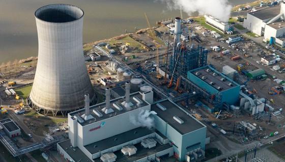 Mit der Energiewende ist der Strompreis an den Börsen gefallen.Beim Energiekonzern RWE schreiben erhebliche Teile der konventionellen Kraftwerke rote Zahlen.