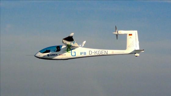 Das Batterieflugzeug e-Genius auf seinem Weltrekordflug während des Green Speed Cups 2013. Mit einer Reichweite von 400 Kilometern und einer Geschwindigkeit von 160 km/h konnte es unter Beweis stellen, dass Elektroflugzeuge derzeit die Grenze zum alltagstauglichen Reiseflugzeug überschreiten.
