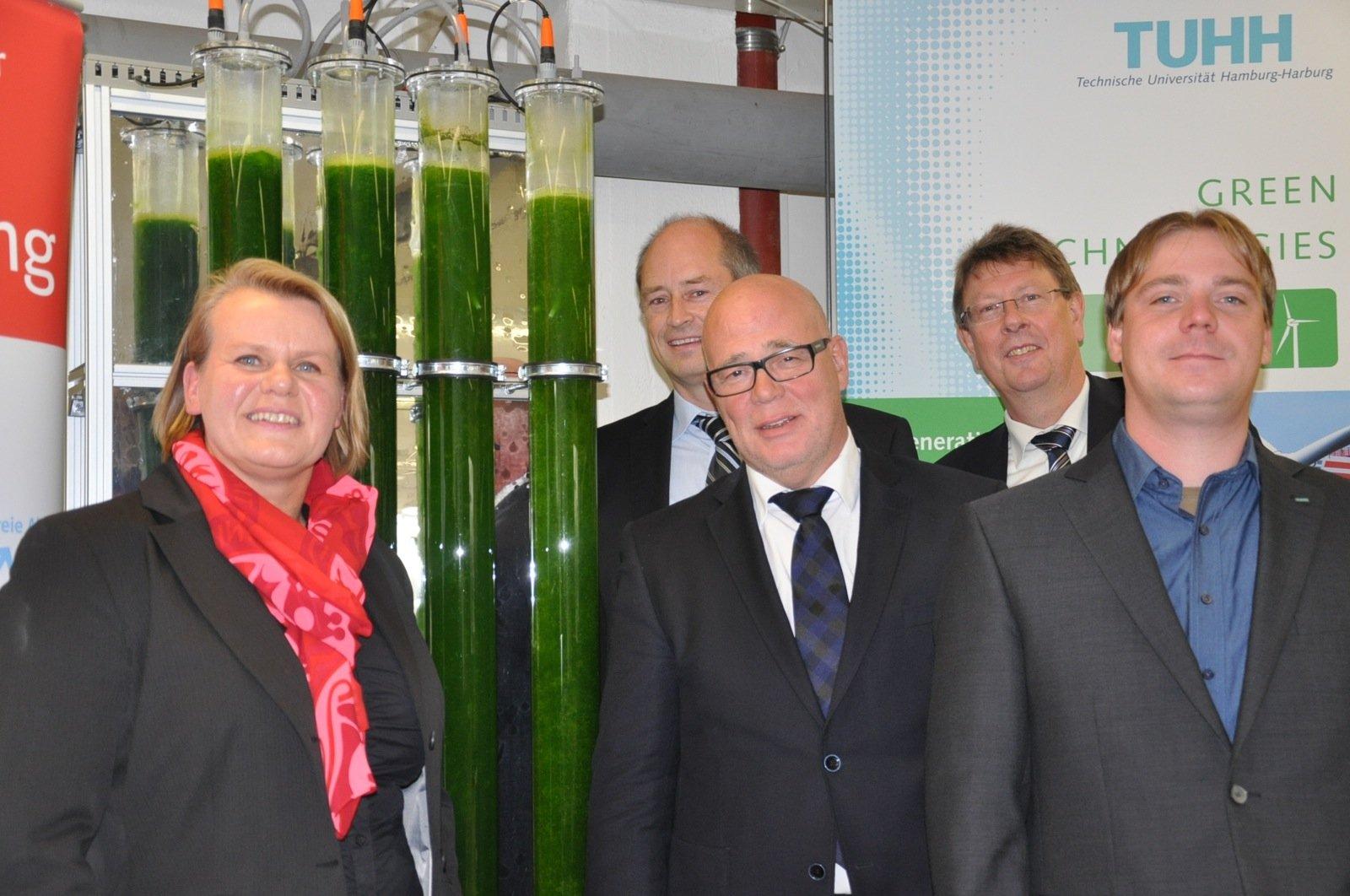 Wollen die Algenzucht konkurrenzfähig machen: Prof. Kerstin Kuchta, Udo Bottländer (E.ON Hanse), Thomas Brauer (E.ON Hanse), Dr. Johannes Harpenau (TUHH) und Nils Wieczorek (TUHH).