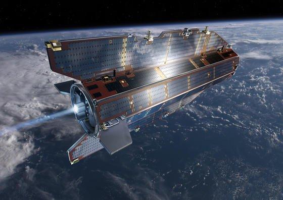 Der ESA-Satellit Goce hat vier Jahre lang das Schwerefeld der Erde vermessen. Der Satellit fliegt nur 260 Kilometer über der Erdoberfläche und braucht dazu einen eigenen Antrieb. Doch Mitte Oktober geht der Treibstoff aus, so dass der Satellit abstürzen und fast vollständig in der Atmosphäre verglühen wird.